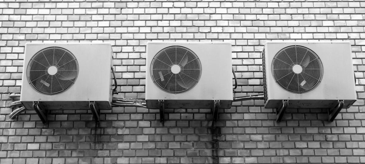 bílé klimatizace