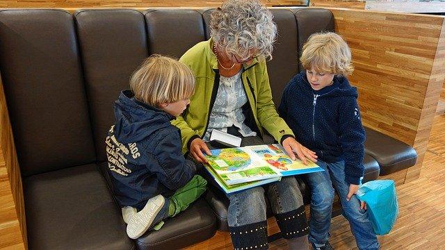 babička čte klukům