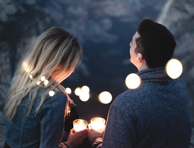zamilovaný pár se světýlky