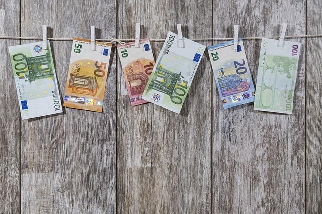 bankovky na šňůře.jpg
