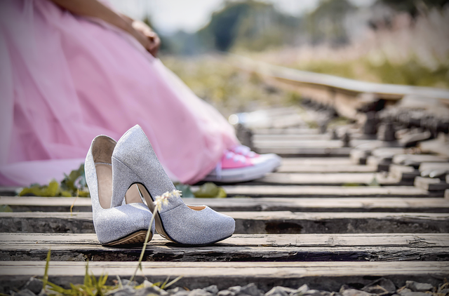 dívka na kolejích v šatech