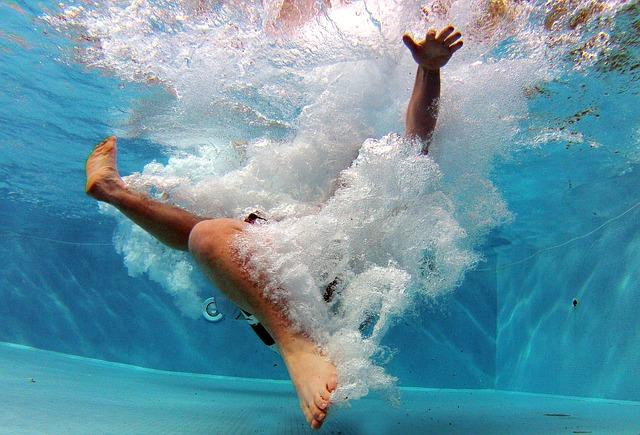 muž ve vodě